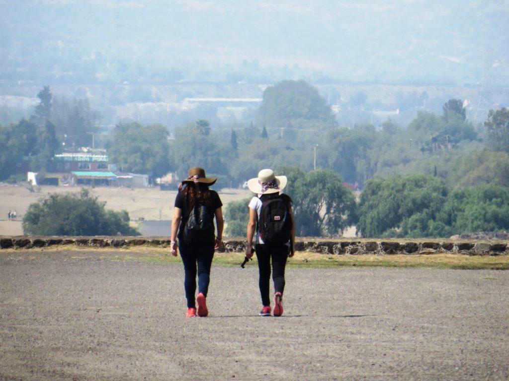 Girls_Exploring_Teothiuacan_Mexico_City