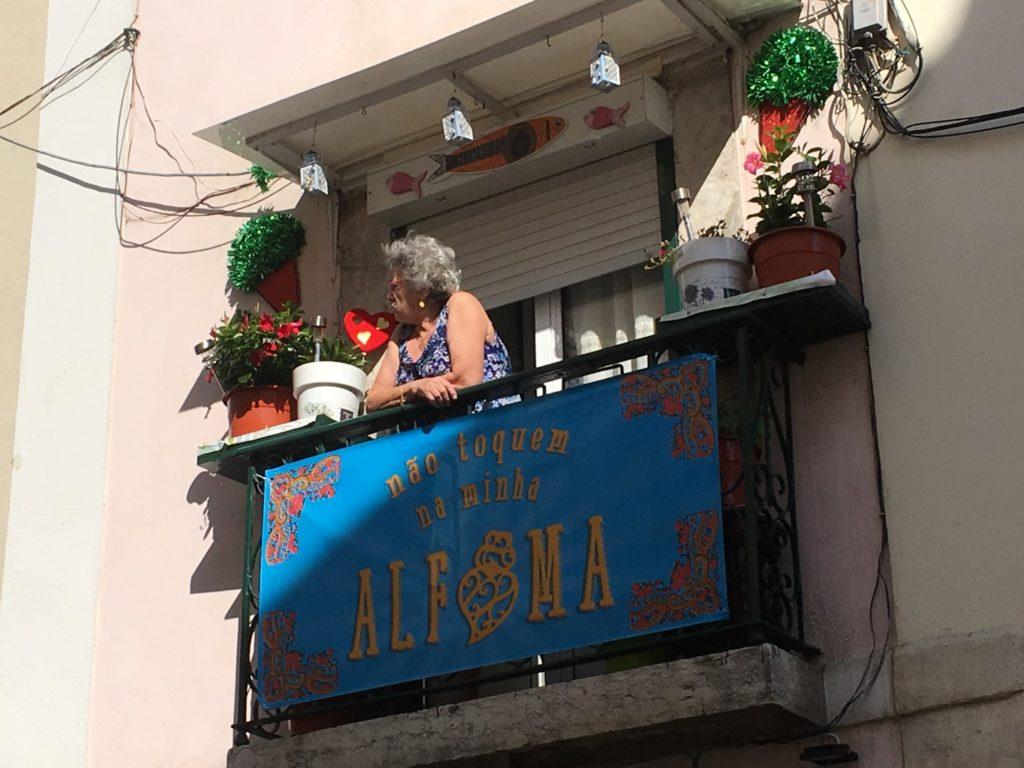 Old_lady_on_balcony_Alfama