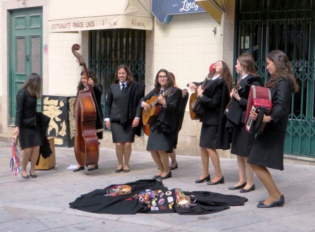 Grils singin in Porto streets